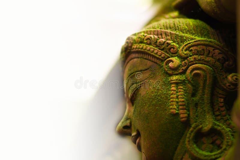 有绿色青苔的神仙的灰泥女神, 免版税图库摄影