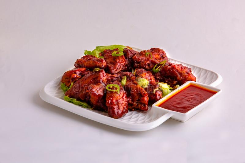 有绿色chillis & lecttus的BBQ鸡热&辣翼 库存图片