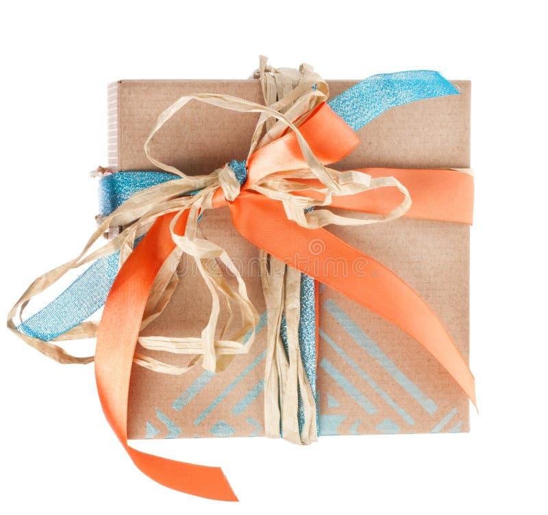有缎和干草丝带的礼物盒 免版税库存图片