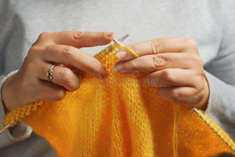 有编织针和毛纱的妇女手 针线概念 图库摄影