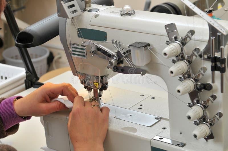 有缝纫机的裁缝 库存图片