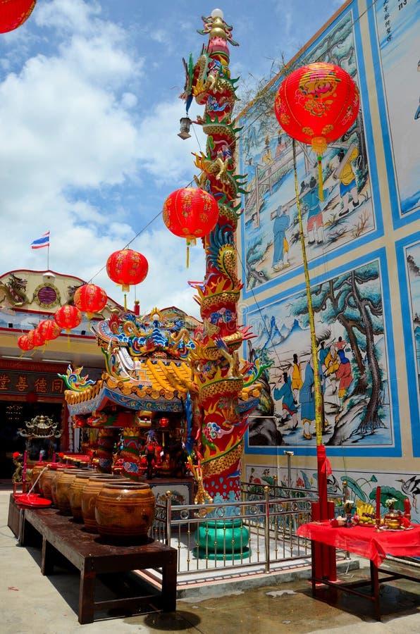 有缸艺术和红色灯笼和泰国旗子的北大年泰国中国寺庙 图库摄影
