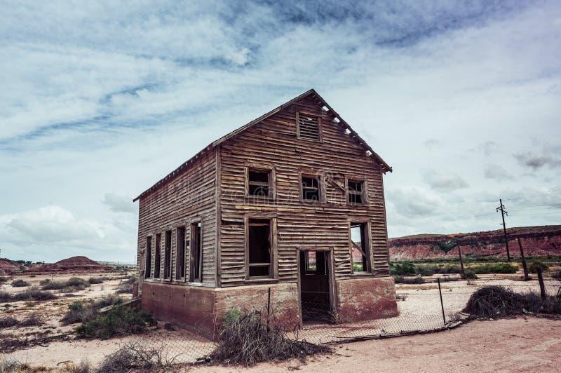 有缺掉窗口的被放弃的房子在沙漠 库存照片