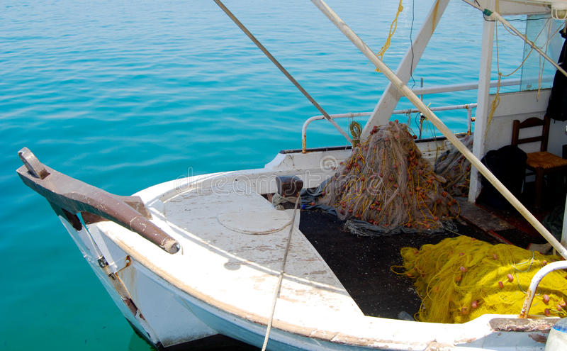 有网和捕鱼装置的小渔船 库存图片