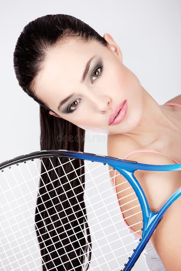 有网球拍的俏丽的妇女 库存照片