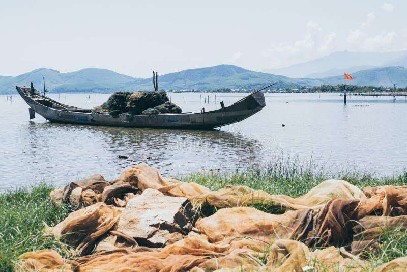 有网的传统越南渔船在前景,越南 库存图片