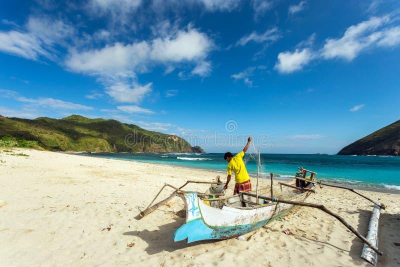 有网的渔夫在南龙目岛,印度尼西亚 库存照片