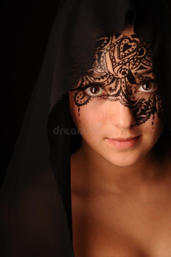 有网眼图案的秀丽妇女在面孔 库存图片
