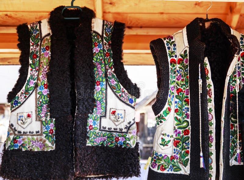 有罗马尼亚传统刺绣的皮革背心 图库摄影