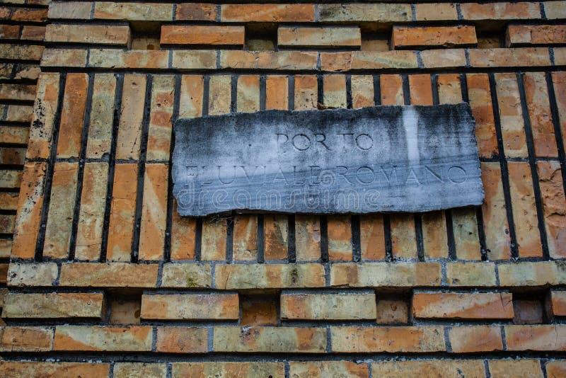 有罗马尼亚文字的古老纪念品,橙色砖墙 库存照片