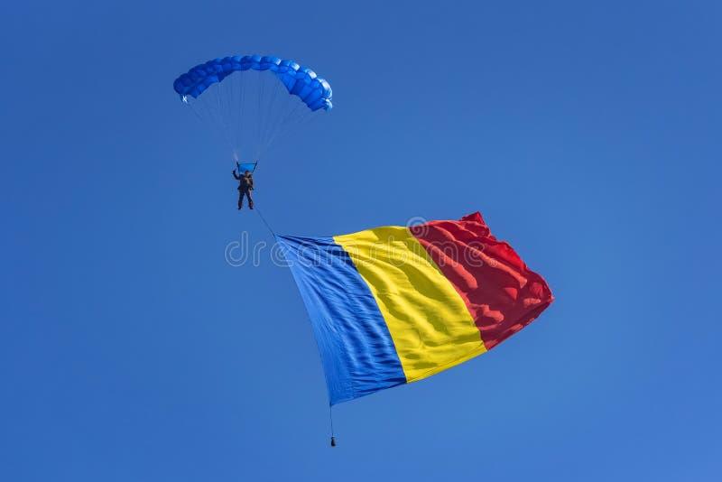 有罗马尼亚旗子的滑翔伞 免版税库存图片