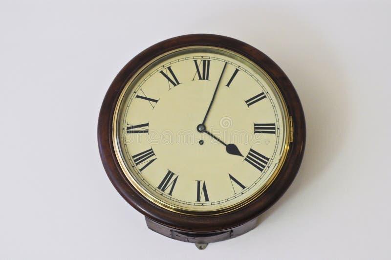 有罗马数字的老欧洲经典时钟在4pm 库存图片