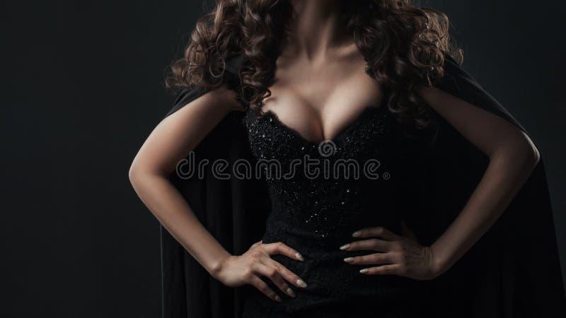 有美丽的乳房的可爱的妇女,在黑背景的画象 免版税库存照片