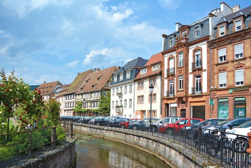 有美丽的传统老欧洲风格的房子的小运河在市中心在好日子 免版税库存照片