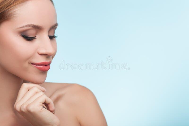 有美丽的光滑的皮肤的快乐的女孩 库存图片