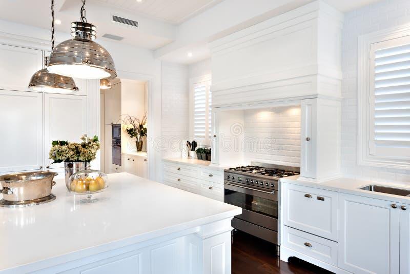 有美丽的厨房电子自动烹调气体 免版税库存照片