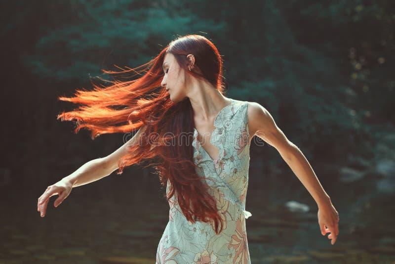 有美丽的吹的头发的妇女 图库摄影
