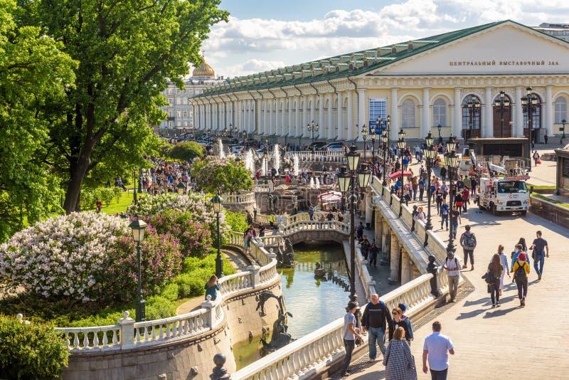 有美丽的喷泉的Manezhnaya或Manege广场在莫斯科,俄罗斯 免版税图库摄影