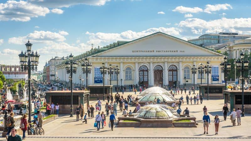 有美丽的喷泉的Manezhnaya或Manege广场在莫斯科,俄罗斯 库存照片