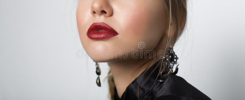 有美丽的嘴唇的少妇 特写镜头 库存照片