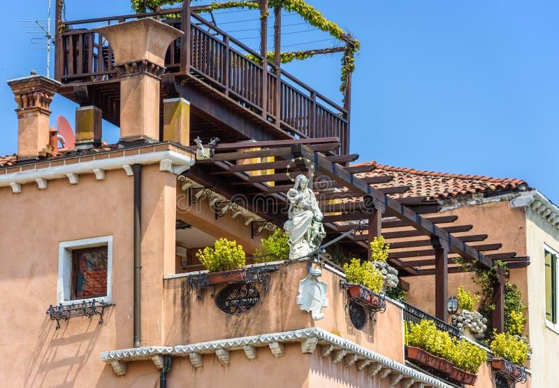 有美丽的大阳台的,威尼斯,意大利老房子 库存图片