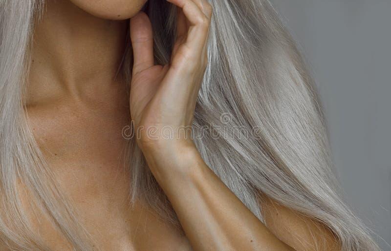 有美丽的头发和皮肤护理的白肤金发的妇女 免版税库存照片