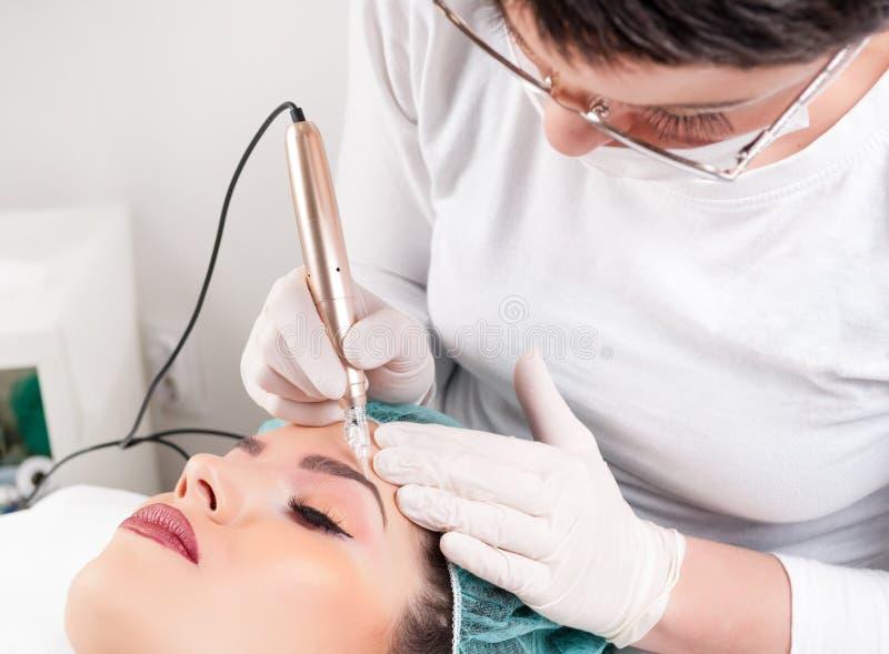 有美丽的妇女专业眼眉纹身花刺 免版税库存图片
