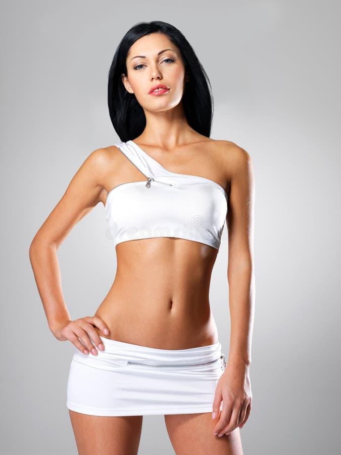 有美丽的妇女减肥被晒黑的机体 免版税图库摄影