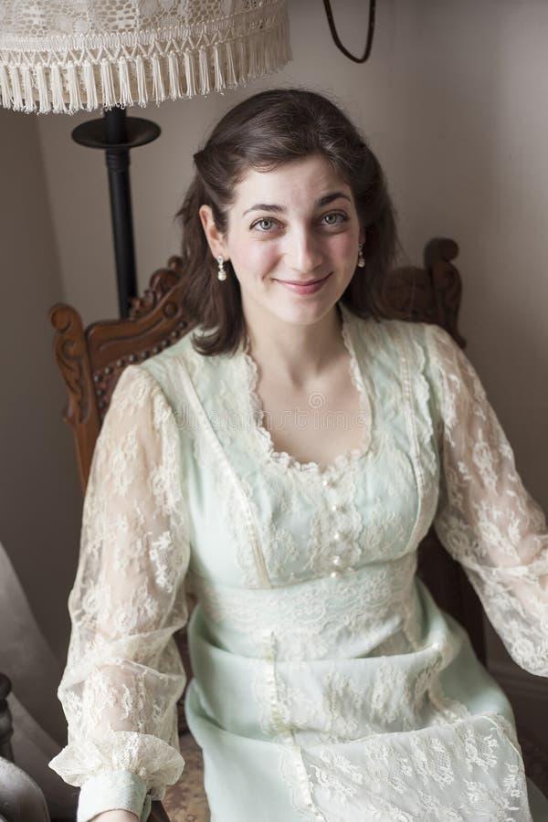 有美丽的嫉妒的少妇在葡萄酒礼服 免版税库存照片