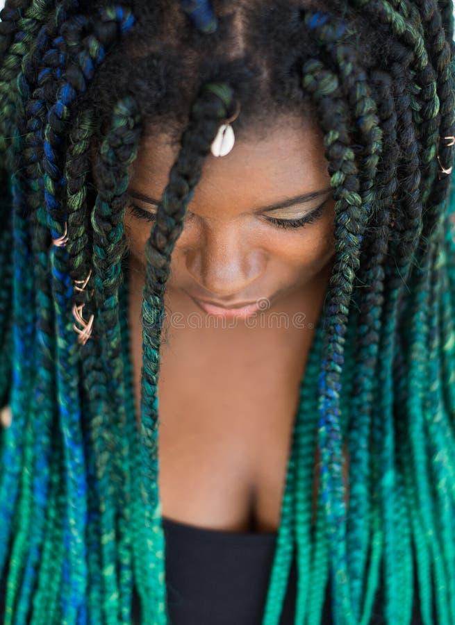 有美丽的小野鸭青绿的辫子的非裔美国人的妇女 库存照片