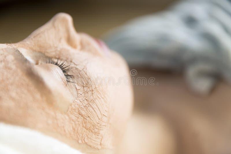 有美丽的少妇与分类的一种面部化妆治疗 免版税库存图片