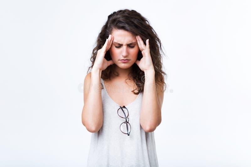 有美丽的少妇在白色背景的头疼 免版税库存照片