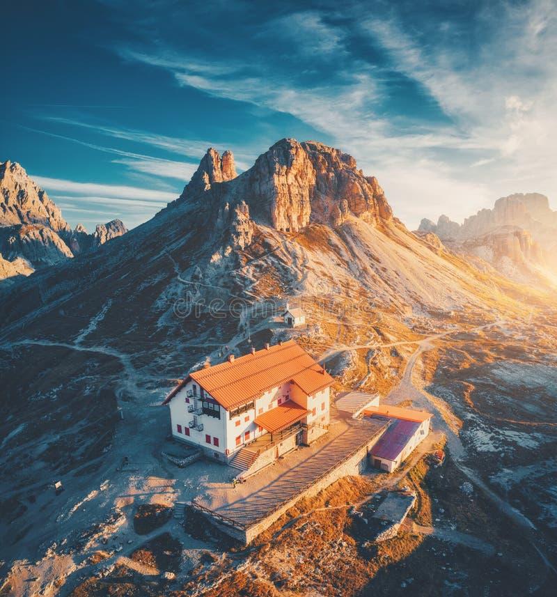 有美丽的房子和教会的山谷日落的 免版税图库摄影