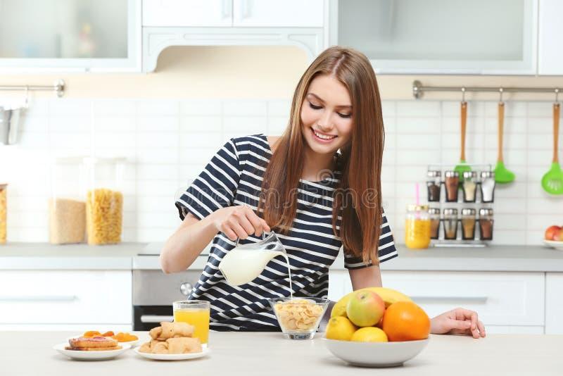 有美丽的早餐妇女年轻人 免版税库存照片
