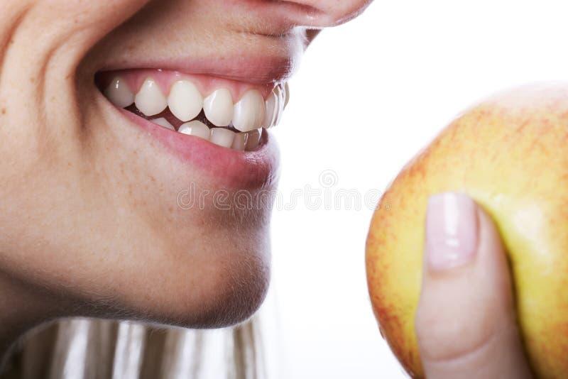 有美丽的牙的微笑的妇女 库存照片
