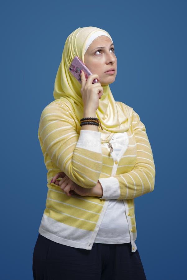 有美丽的现代回教的妇女电话 库存照片