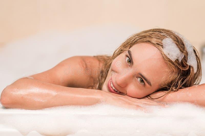 有美丽的白肤金发的少妇特写镜头a 库存图片