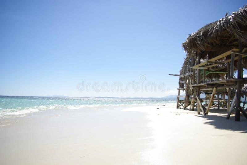 有美丽的白色沙子的好和小小屋在多米尼加共和国 免版税库存照片