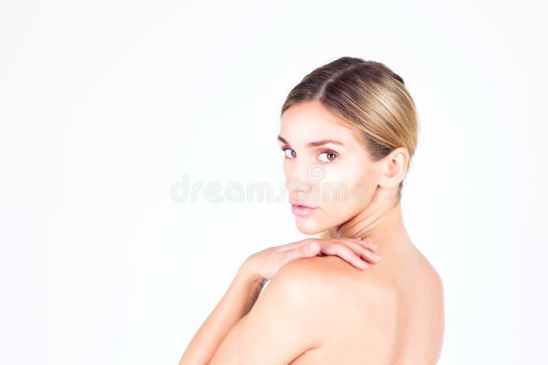 有美丽的皮肤和赤裸后面的少妇 库存图片