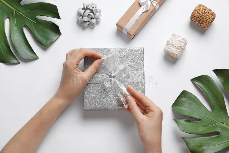 有美丽的礼物盒的妇女 免版税库存图片