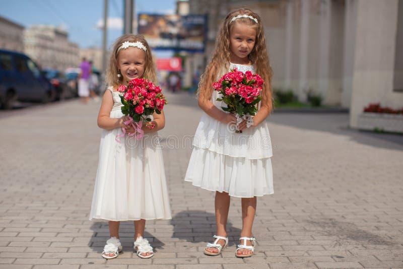 有美丽的花束的两个迷人的姐妹  库存照片