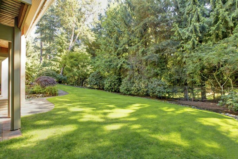 Download 有美丽的草坪的绿色弹簧恢复围场 库存照片. 图片 包括有 样式, 围场, 外面, 夏天, 属性, 绿色, 设计 - 72353820