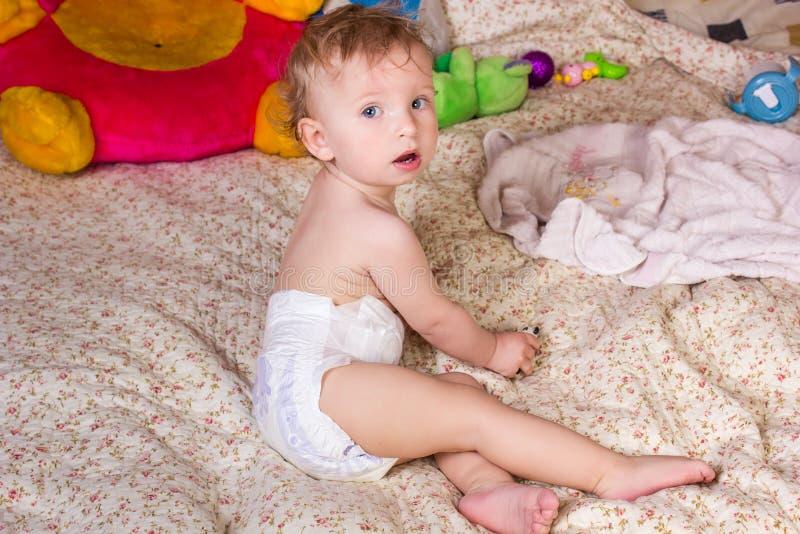 有美丽的蓝眼睛的逗人喜爱的白肤金发的女婴 库存照片