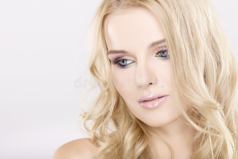 有美丽的金发的新俏丽的妇女 免版税库存照片