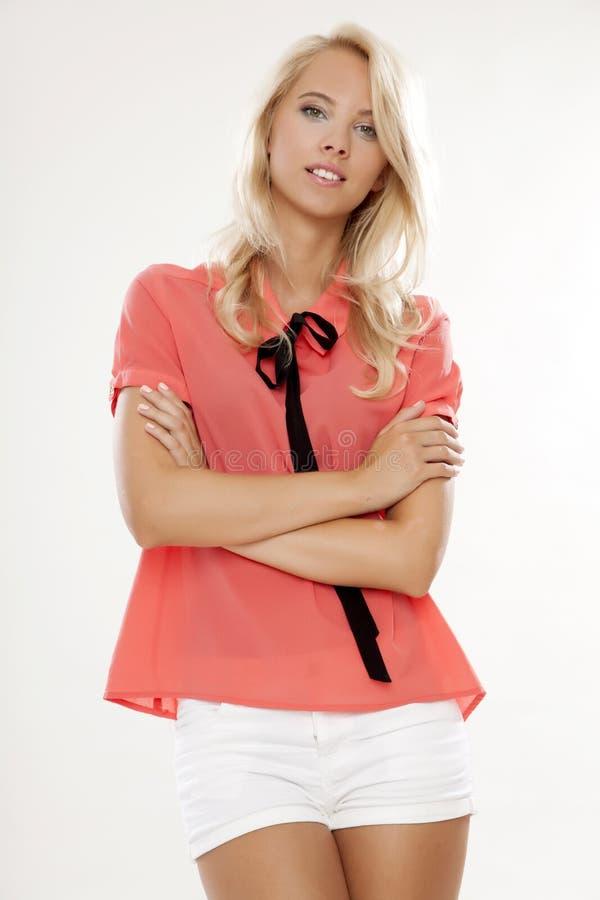 有美丽的金发的年轻俏丽的妇女 免版税库存照片