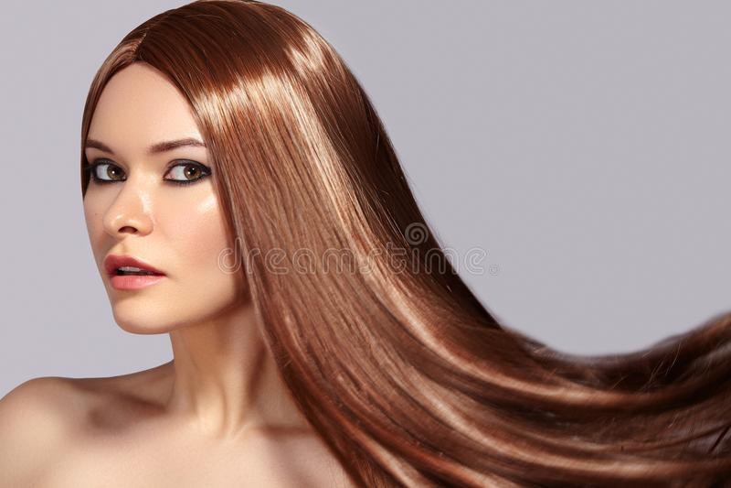 有美丽的长的吹的头发的时装模特儿妇女 魅力性感的飞行布朗头发的妇女以健康和秀丽 库存照片