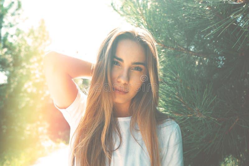 有美丽的面孔的特写镜头少妇以享用太阳为特色 图库摄影