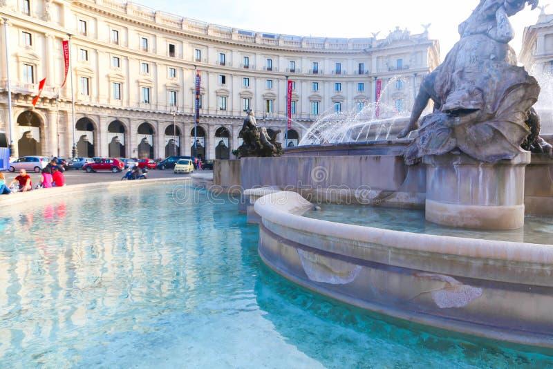 有美人鱼雕象的喷泉在罗马 免版税库存图片