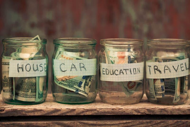有美元和文本的玻璃瓶子 免版税库存图片