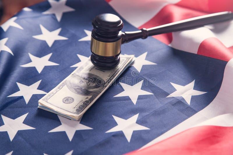 有美元和美国国旗的法官惊堂木 免版税库存图片